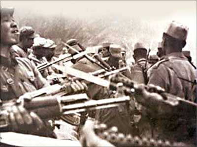Chinese and Indian soldiers face off during the 1962 War